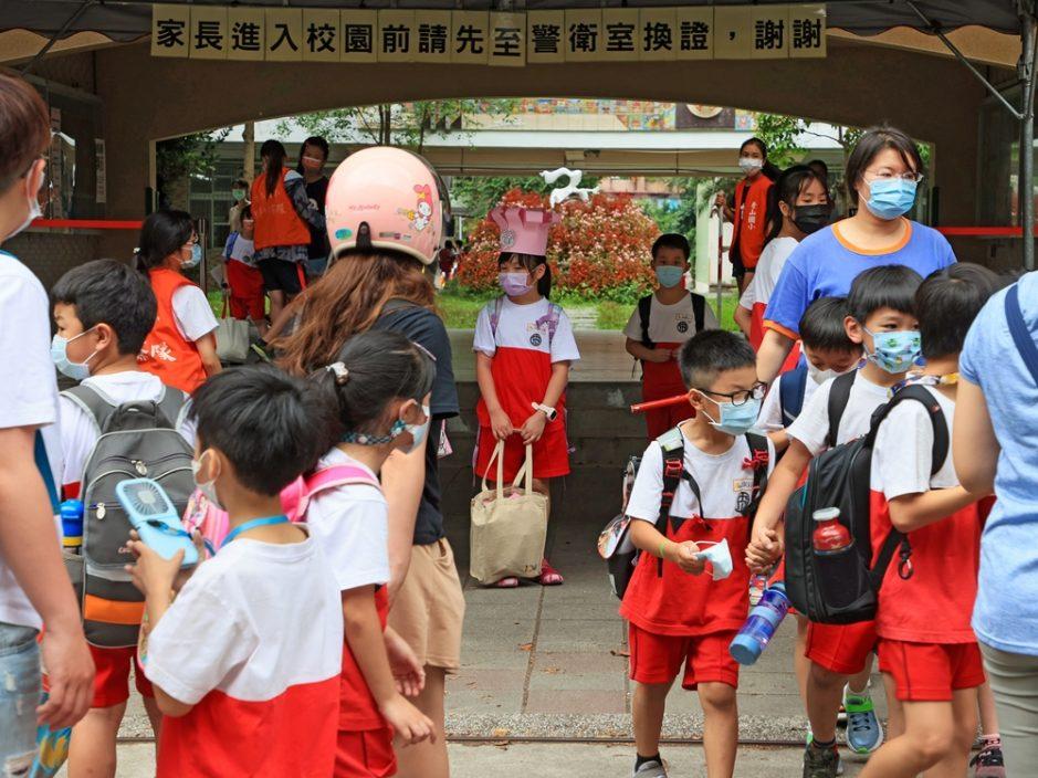 台湾再增240宗本地个案2人亡 全台明起停课