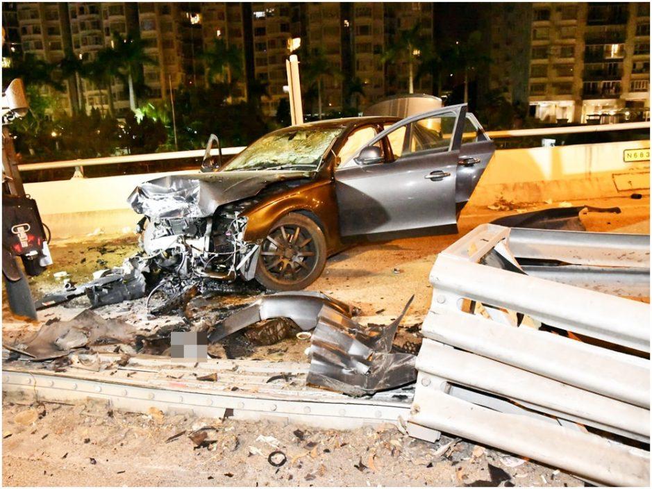私家车沙田失控直插防撞栏 车头毁烂4伤