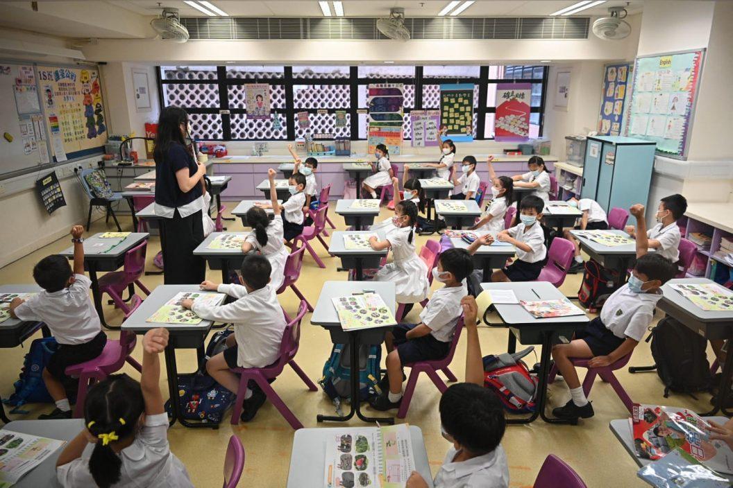 学校恢复半日面授课学生感兴奋 家长:学始终要返