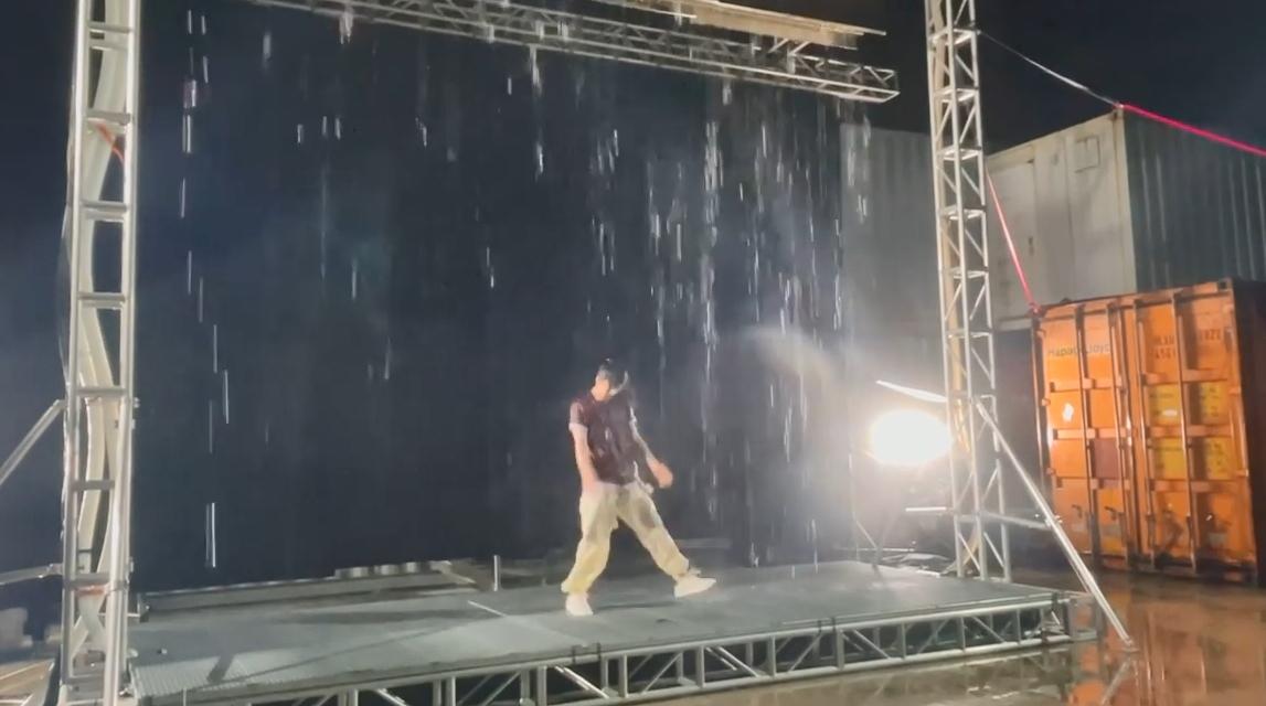 拍Vlog记录首次拍MV湿身  Anson Lo水中劲舞冇难度