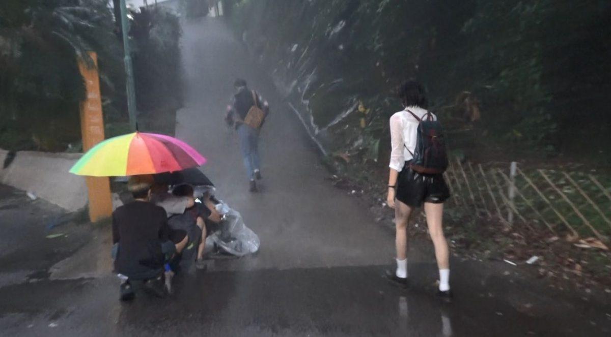 【头条独家】同余德丞拍新剧被疯狂淋水 刘颖镟湿晒身唔觉意晒34D身材