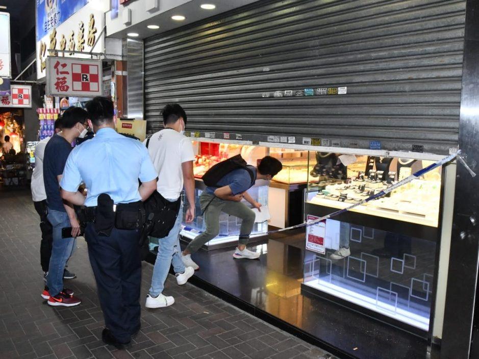 中年女抢劫观塘珠宝店 逃走时遭职员制服