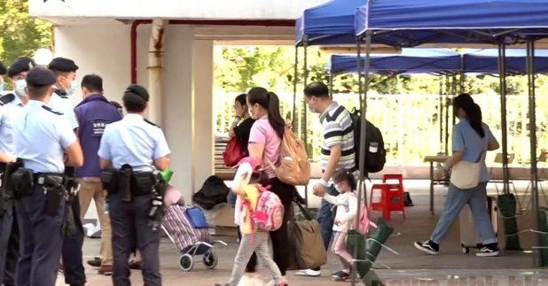 荃威花園R座居民今早開始陸續撤離到檢疫中心。(葉燿坤攝)
