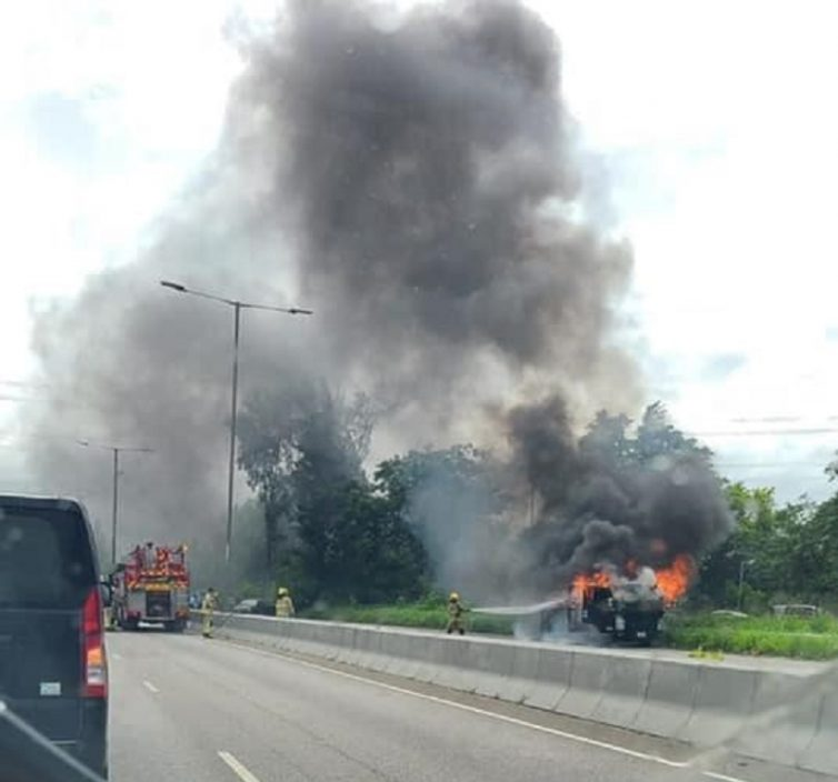 粉岭公路有车起火。香港突发事故报料区网民Kelly Chau图片