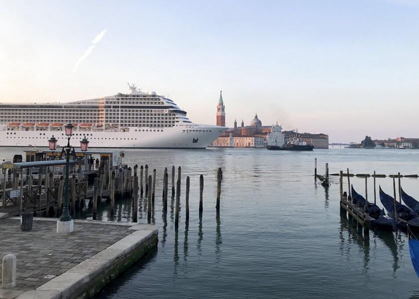 新冠疫情爆发后再有邮轮进入威尼斯港口 环保分子抗议