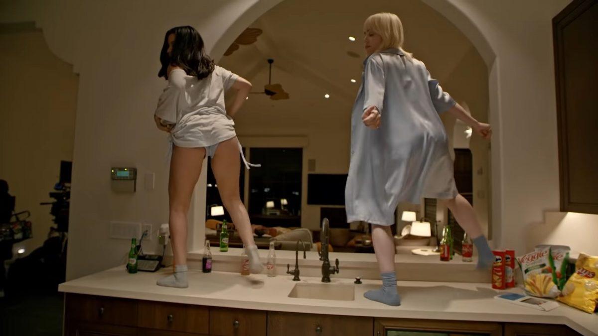 """超低胸床上典嚟典去     Billie Eilish新歌MV疯狂""""倒奶"""""""