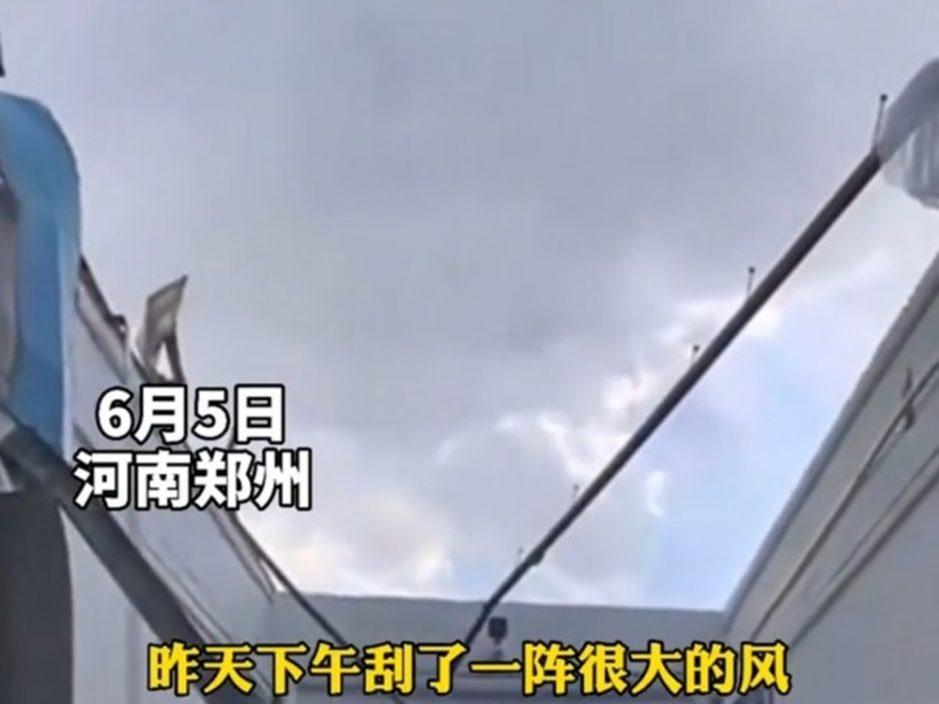 郑州学校宿舍屋顶被狂风吹走 沦露天房被批偷工减料