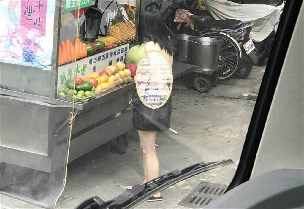 台长发全裸中女 手持木瓜牛奶大摇大摆逛街