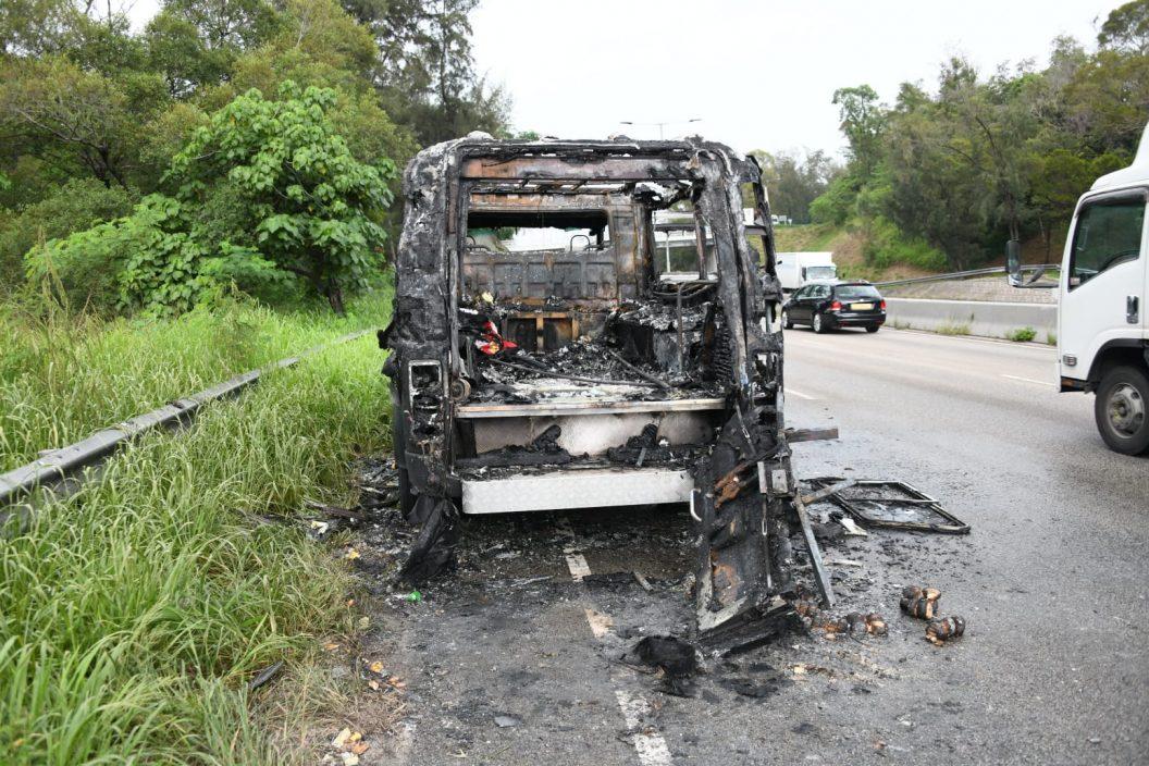 粉岭公路有灵车行驶时陷入火海 消防到场救熄