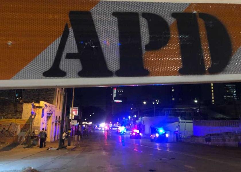 德州大规模枪击案多人中枪 至少12伤1人垂危