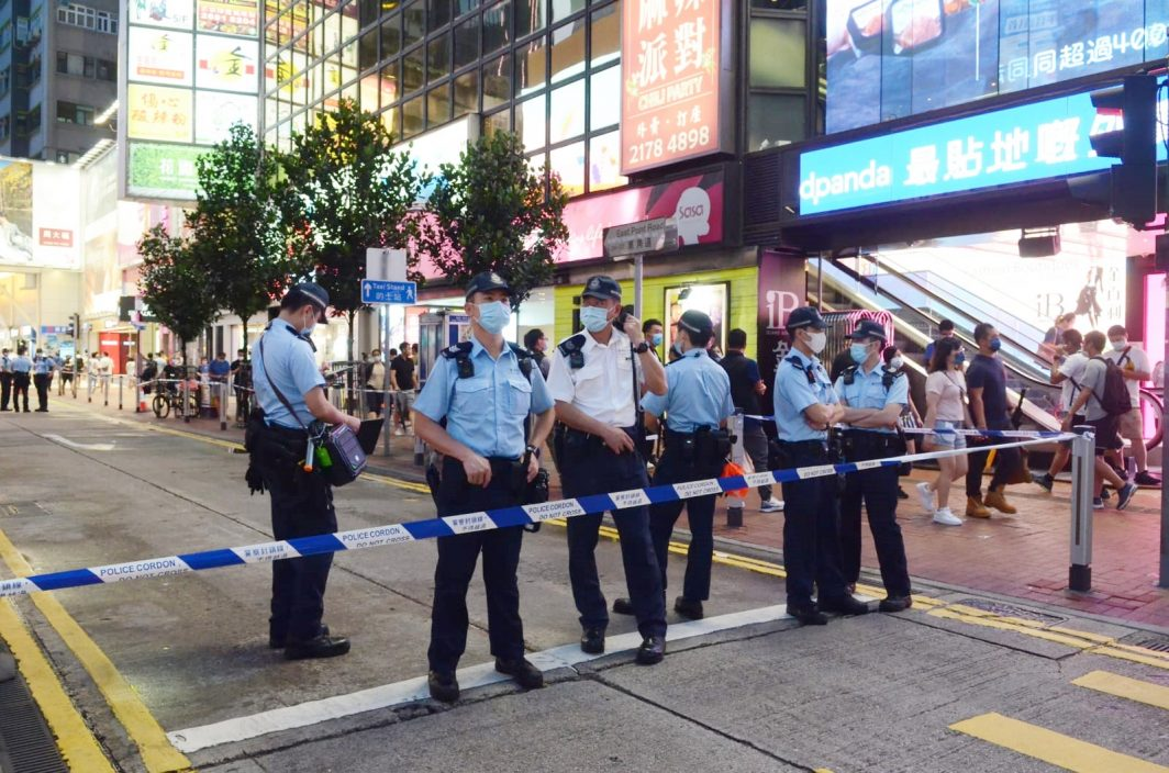 铜锣湾气氛平静 警员搜查黑衣市民物品