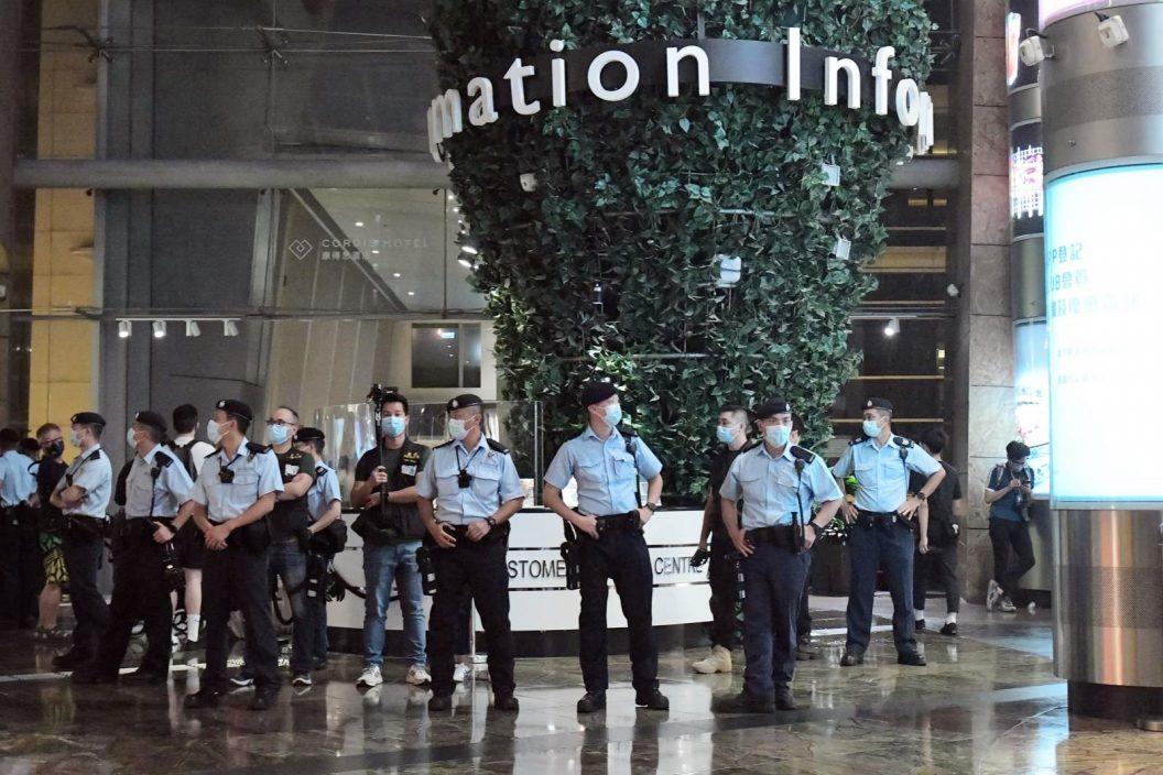 旺角有人群叫口号 警方进入朗豪坊商场拉起封锁线