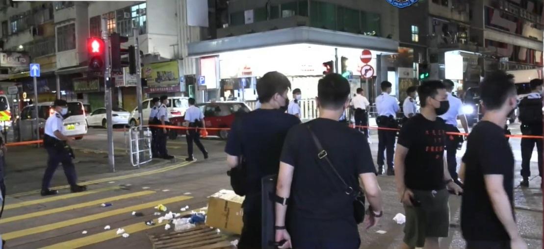 山东街搬杂物堵路 2名黑衣青少年涉行为不检被捕