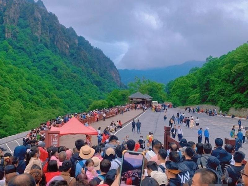 陕西眉县旅巴15米高弯道跌落 3死7伤