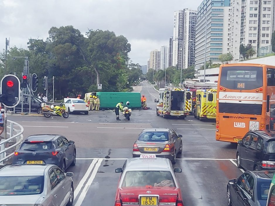 沙田大涌桥路小巴撞私家车后翻侧 至少1死6伤