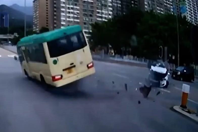 【有片】沙田小巴遭私家车撞翻 至少1死7伤