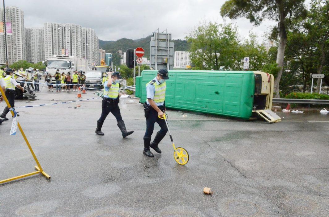 【车Cam直击】沙田小巴遭撞翻酿1死7伤 司机头部被车压惨死