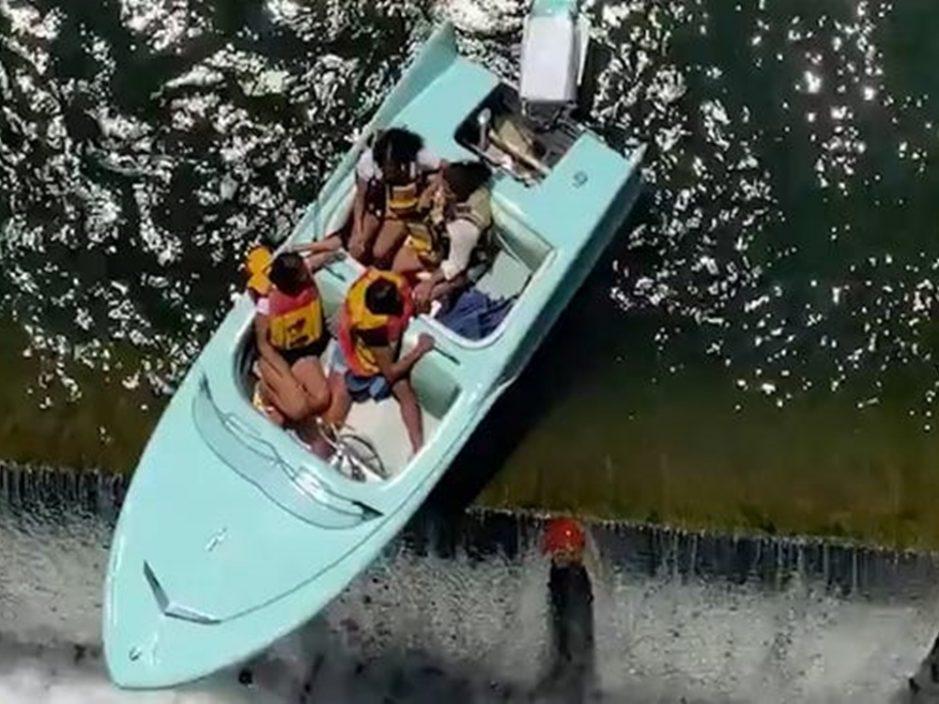4女子坐船游湖遇水坝泄洪 半艘船悬空中摇摇欲坠