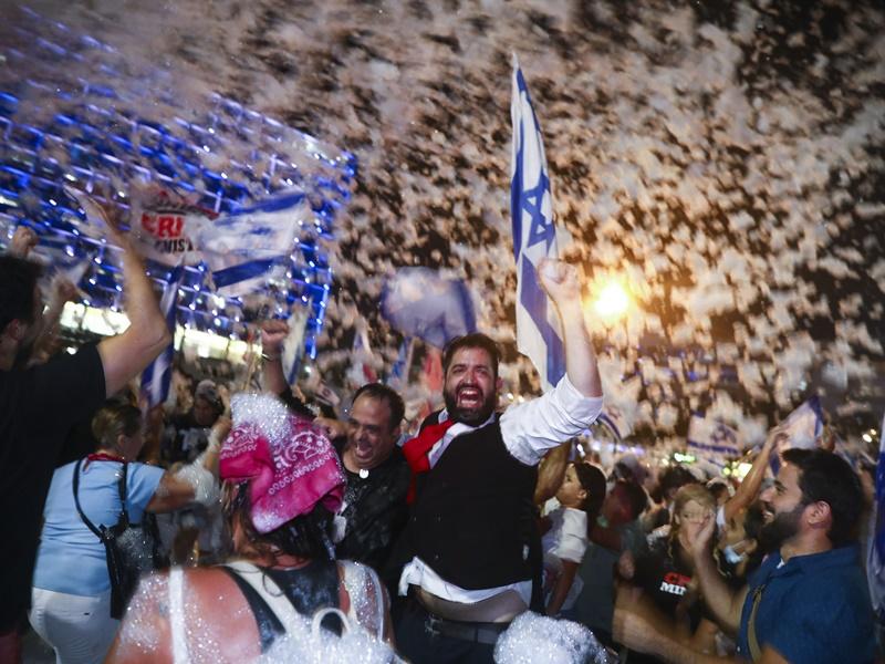 内塔尼亚胡结束12年管治 以色列民众上街庆祝