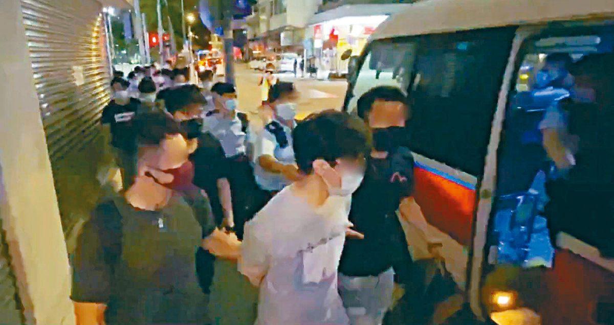 """警高处监视捉""""快闪""""堵路 """"612""""被捕三人最年轻仅14岁"""