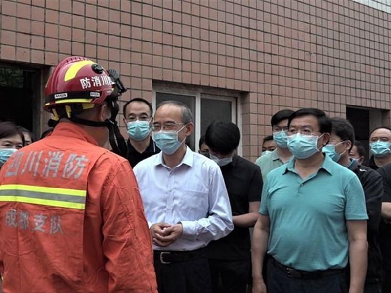 四川食品厂2工人掉落废水池 4人施救相继掉入池中亡