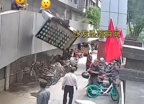 管理处职员偷懒2楼掟弃置梳化落街 砸中老翁赔1万人仔