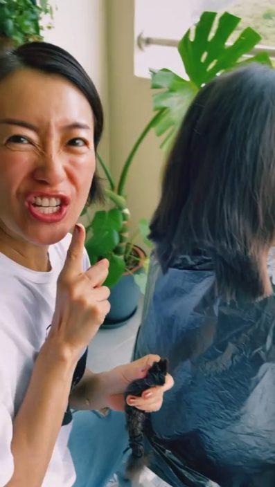 【为慈善出力】自诩12年经验专业发型师 张新悦剪到囡囡头发一忽忽