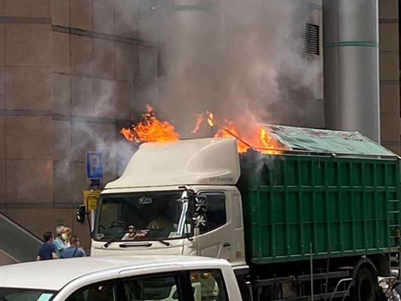 观塘泊路边货车突起火 冒大量浓烟