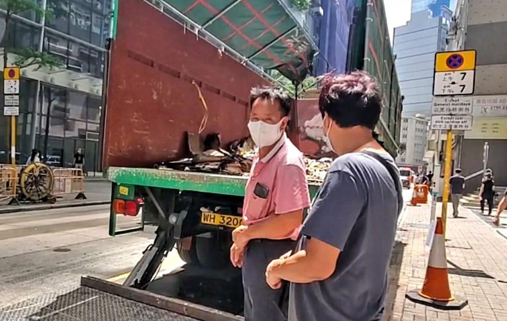 观塘泊路边货车突起火 疑有人乱丢烟头肇祸
