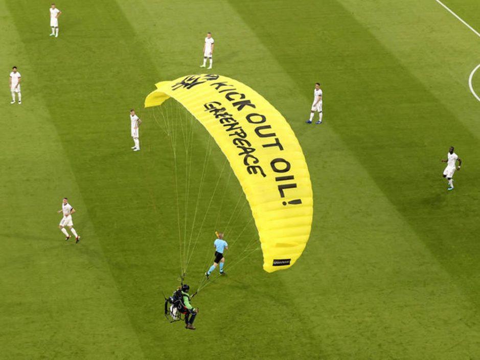 示威者滑翔伞迫降欧国杯大战球场至少2人伤