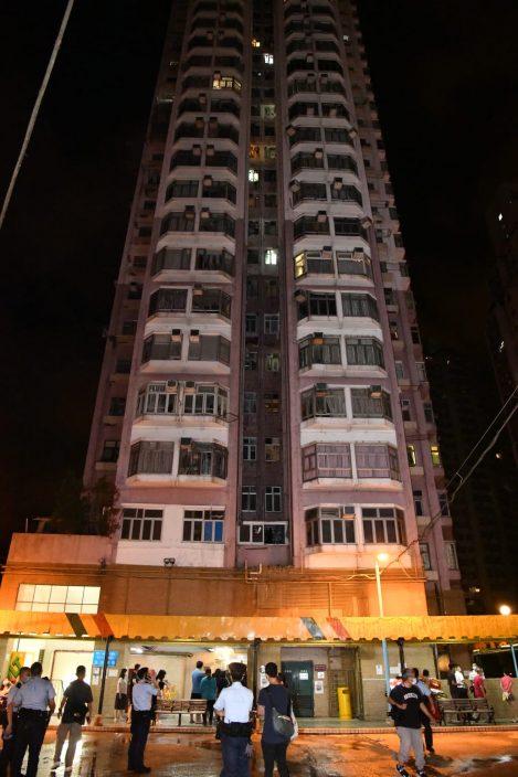 荃湾中心住宅疑抽湿机短路起火 逾百居民疏散无人伤