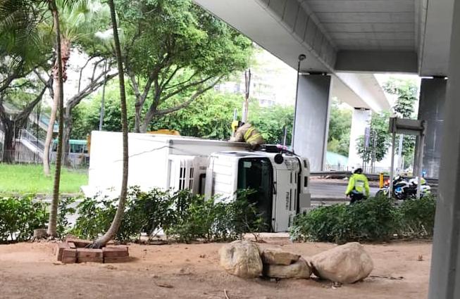 柴湾货车疑失控翻侧 司机一度被困