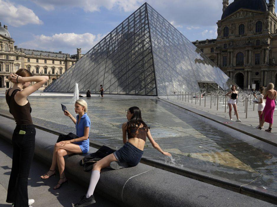 法国解除户外强制佩戴口罩令 周末结束宵禁