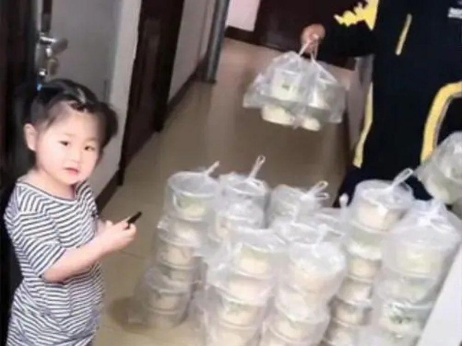 女童叫外卖误点100碗面放满客厅 爸爸付足一千多元再派街坊