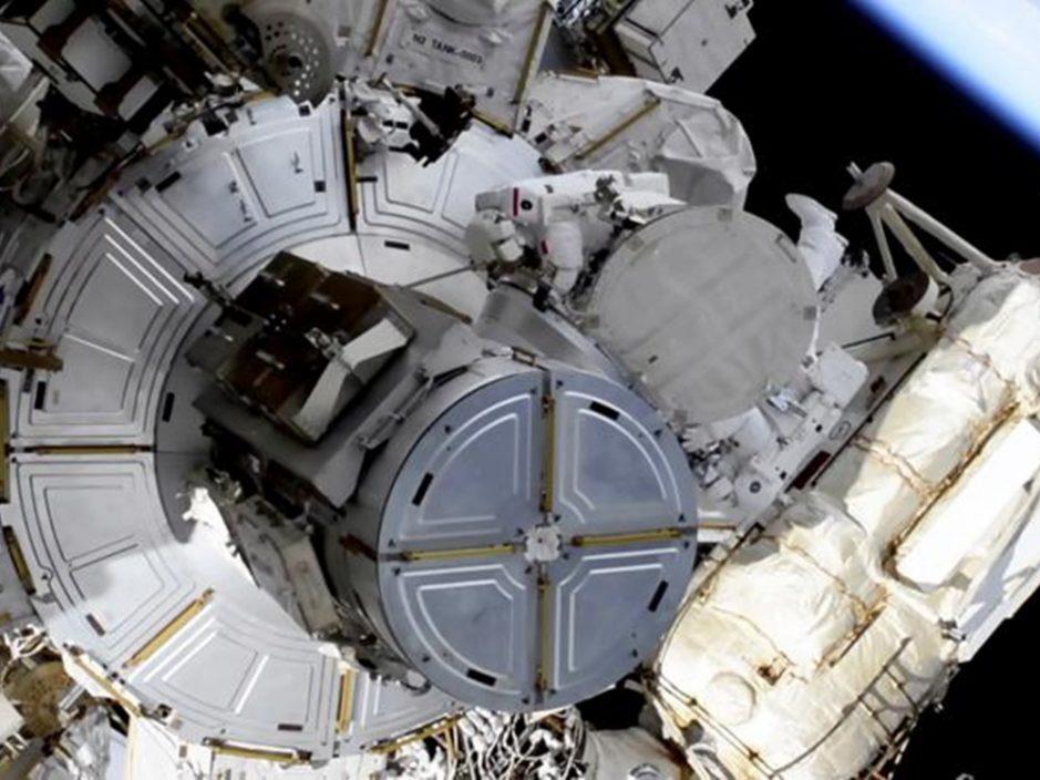 两太空人进行太空漫步 联手更换太阳能板