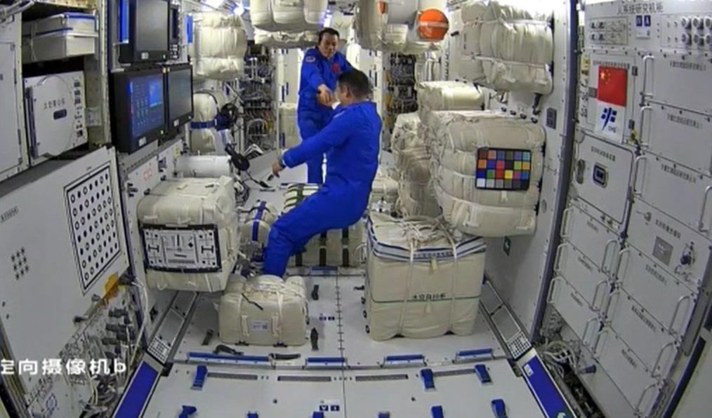 神舟十二号3名航天员顺利进驻核心舱 中国人首踏足太空站