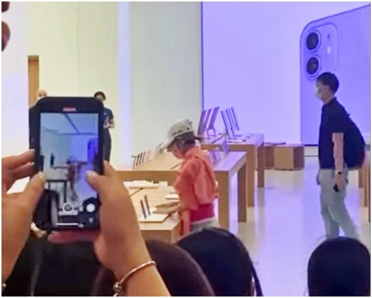 """""""劲揪""""中年妇捣乱观塘Apple Store 打伤职员被擒"""