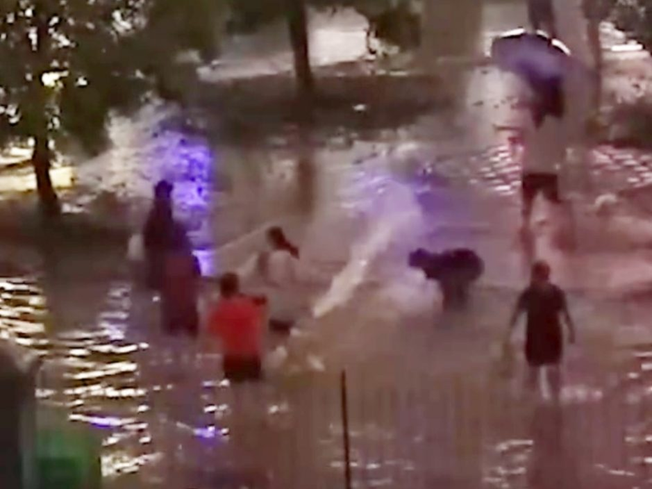 河南校园暴雨水浸学生打水战 事后惊闻被粪水污染