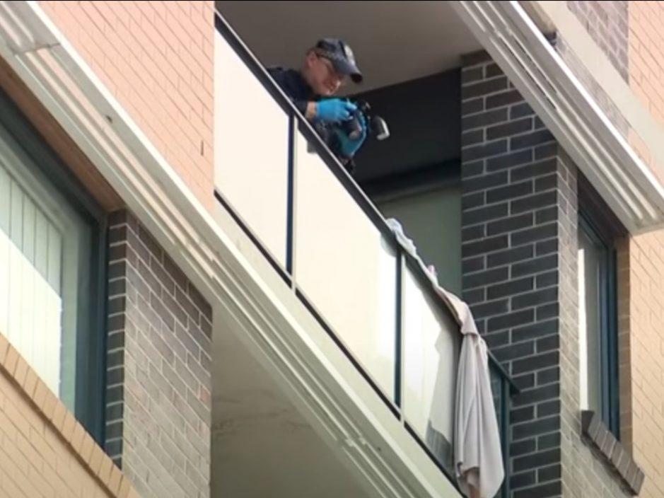 台恶男澳洲吊女伴到露台外自拍 警员全副武装拘捕