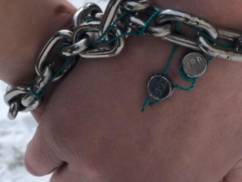 乌克兰情侣铁链锁手123天破纪录 剪断链后即告分手