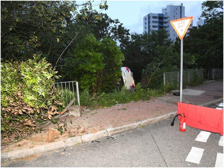 宝马薄扶林铲上行人路撞栏堕坡 26岁司机自行爬出