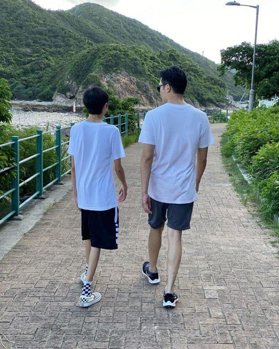 袁咏仪晒父子长腿照 14岁魔童清秀俊俏十足美少年