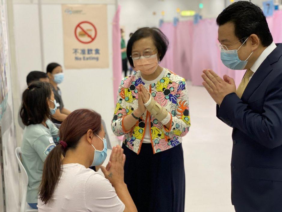 陈肇始视察少数族裔接种疫苗 吁善团鼓励服务使用者打针