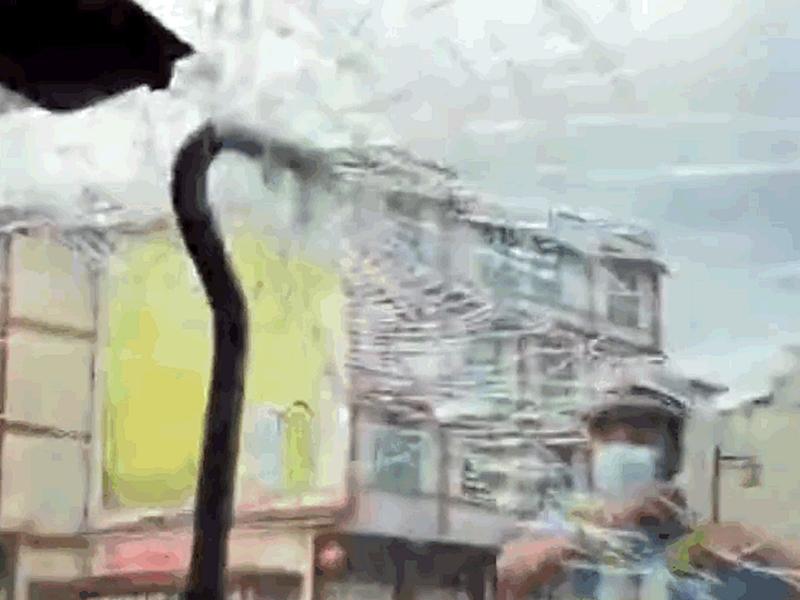 云南女驾车载家人行驶高速公路 突有60厘米钢筋刺进挡风玻璃