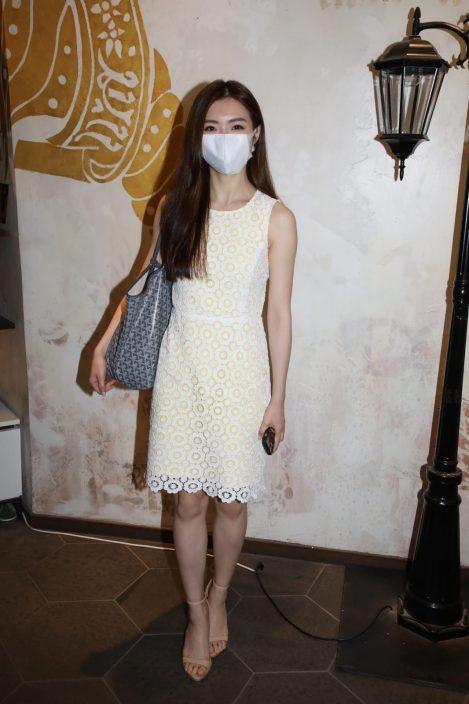【港姐2021】低胸白裙现身发型屋 梁允瑜参选没受爆粗片影响