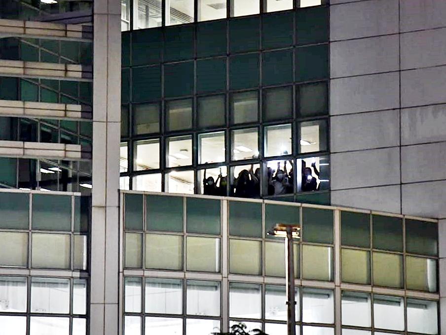 苹果动新闻《9点半报道》播出最后一集 员工亮灯挥手道别