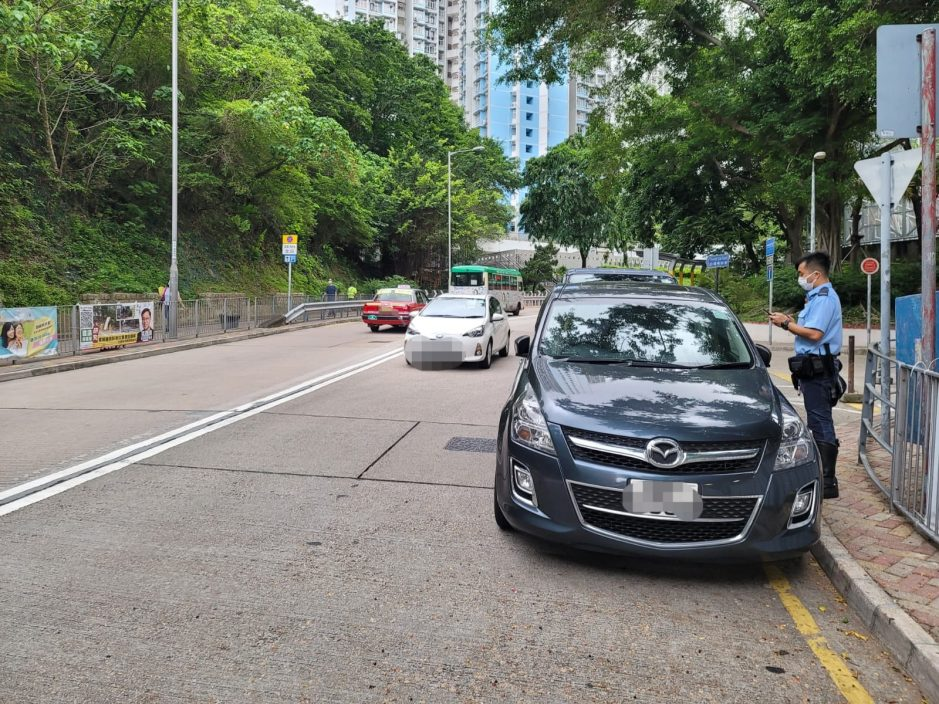东九龙警交通黑点打击汽车违泊 发2215张告票拖走10车