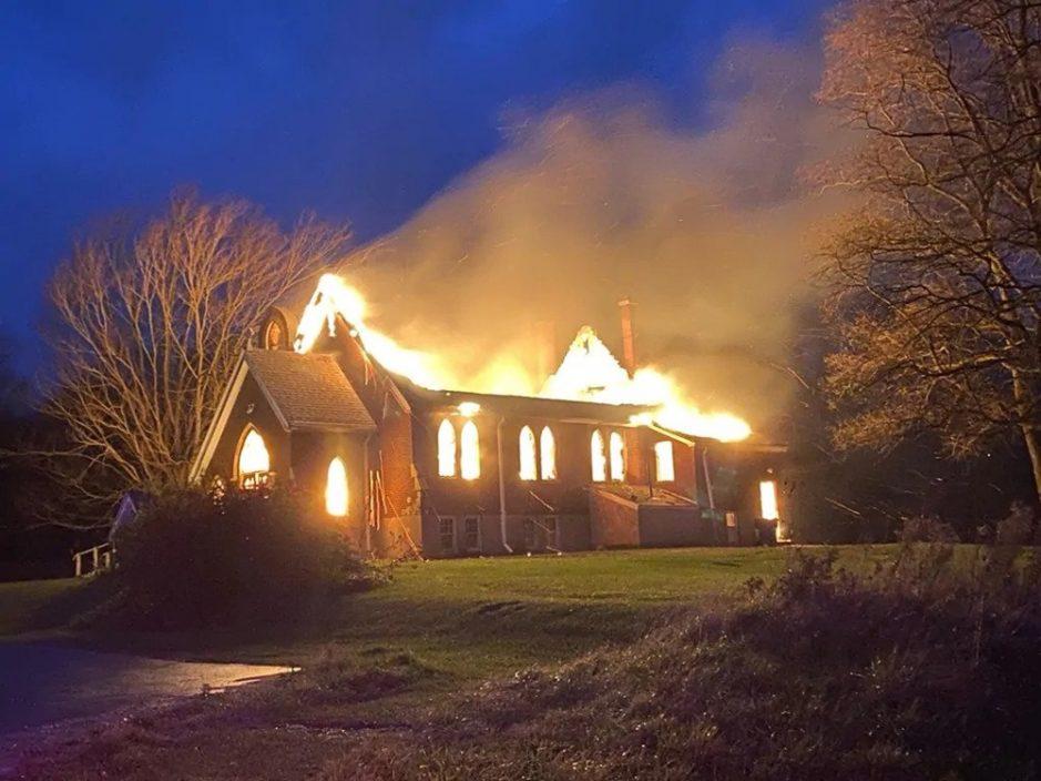 加拿大2座百年教堂发生大火 疑报复行为