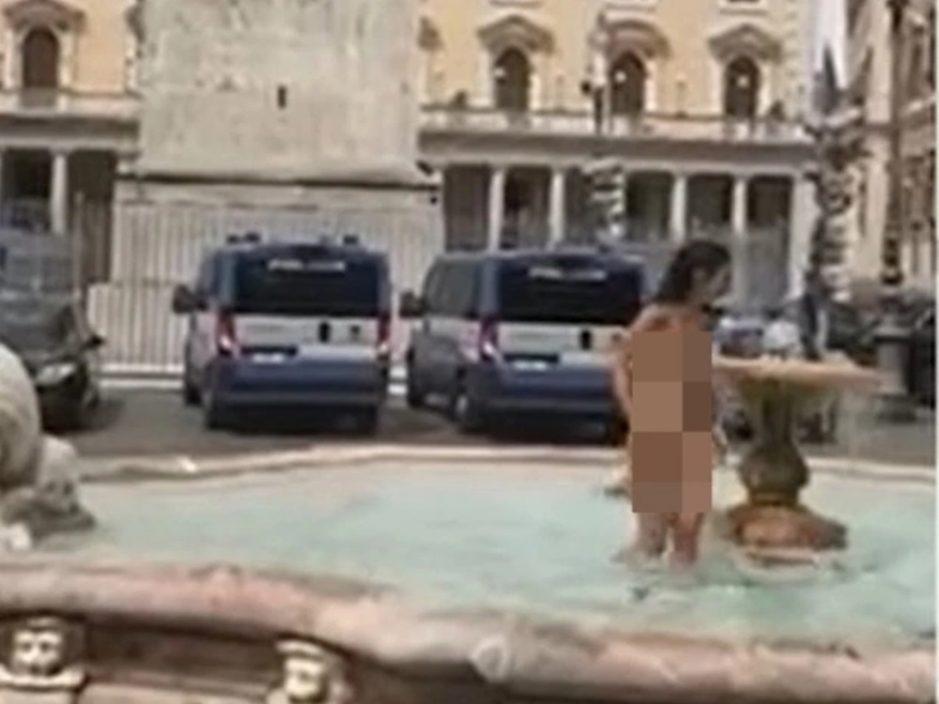 意大利女子全祼喷泉嬉水 无视路人目光畅玩