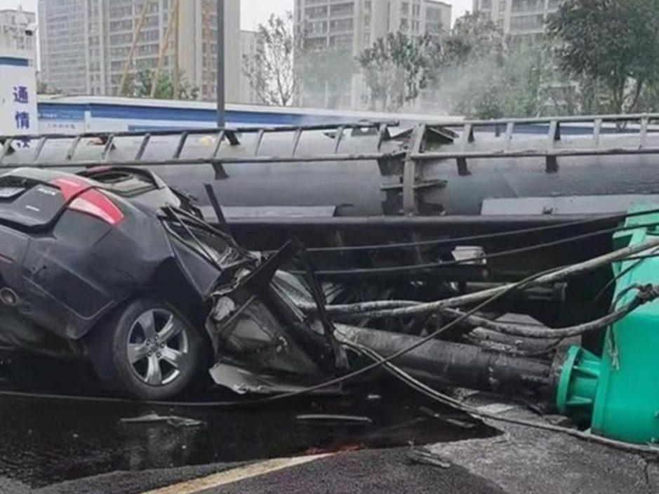 宁波打桩机翻侧压毁私家车 2人遭压死